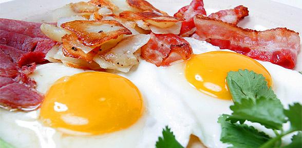 Jajka sadzone z plastrami boczku